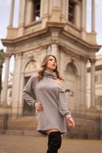 modella bionda che indossa un minidress in maglia grigio